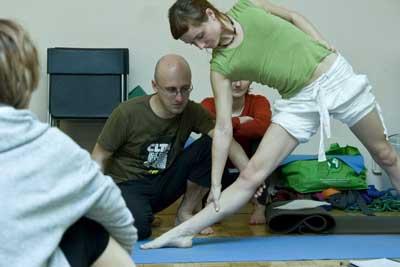 Pytanie do eksperta: Jak joga działa na kolana? Odpowiada Maciej Wielobób