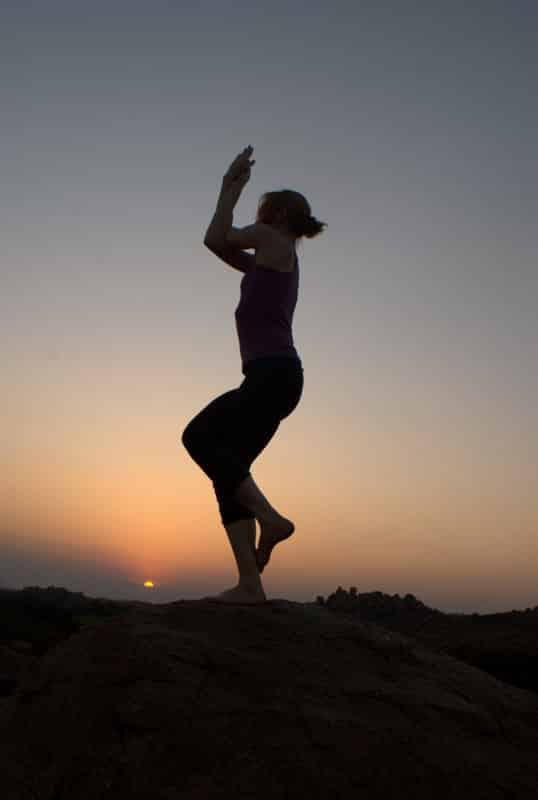 Pozycje jogi – pozycja orła