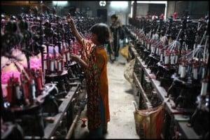 Dziecko pracujące w fabryce odzieżowej w Bangladeszu.