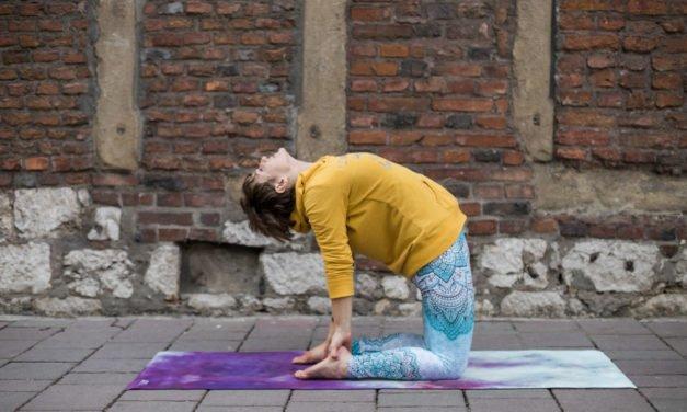Pozycje jogi: ustrasana (wielbłąd)