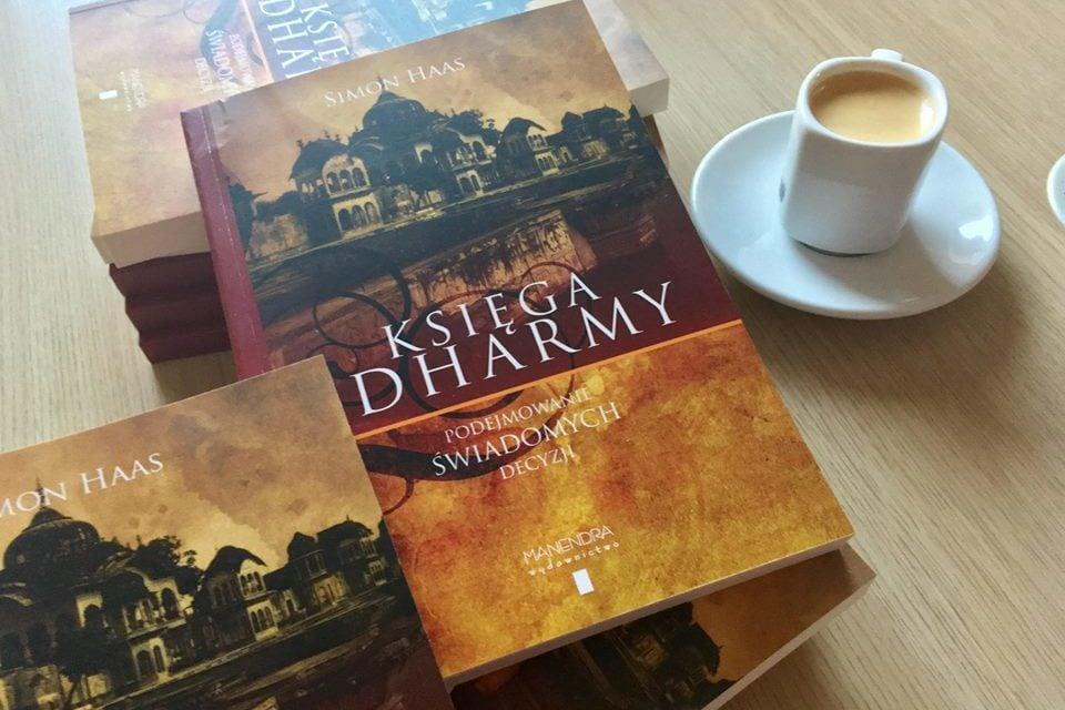 """Podejmowanie świadomych decyzji – fragment """"Księgi dharmy"""" Simona Haasa"""
